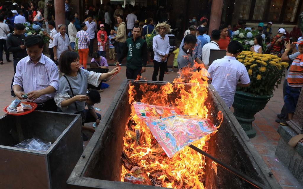 Xung quanh đề xuất của Giáo hội Phật giáo Việt về việc bỏ tục đốt vàng mã