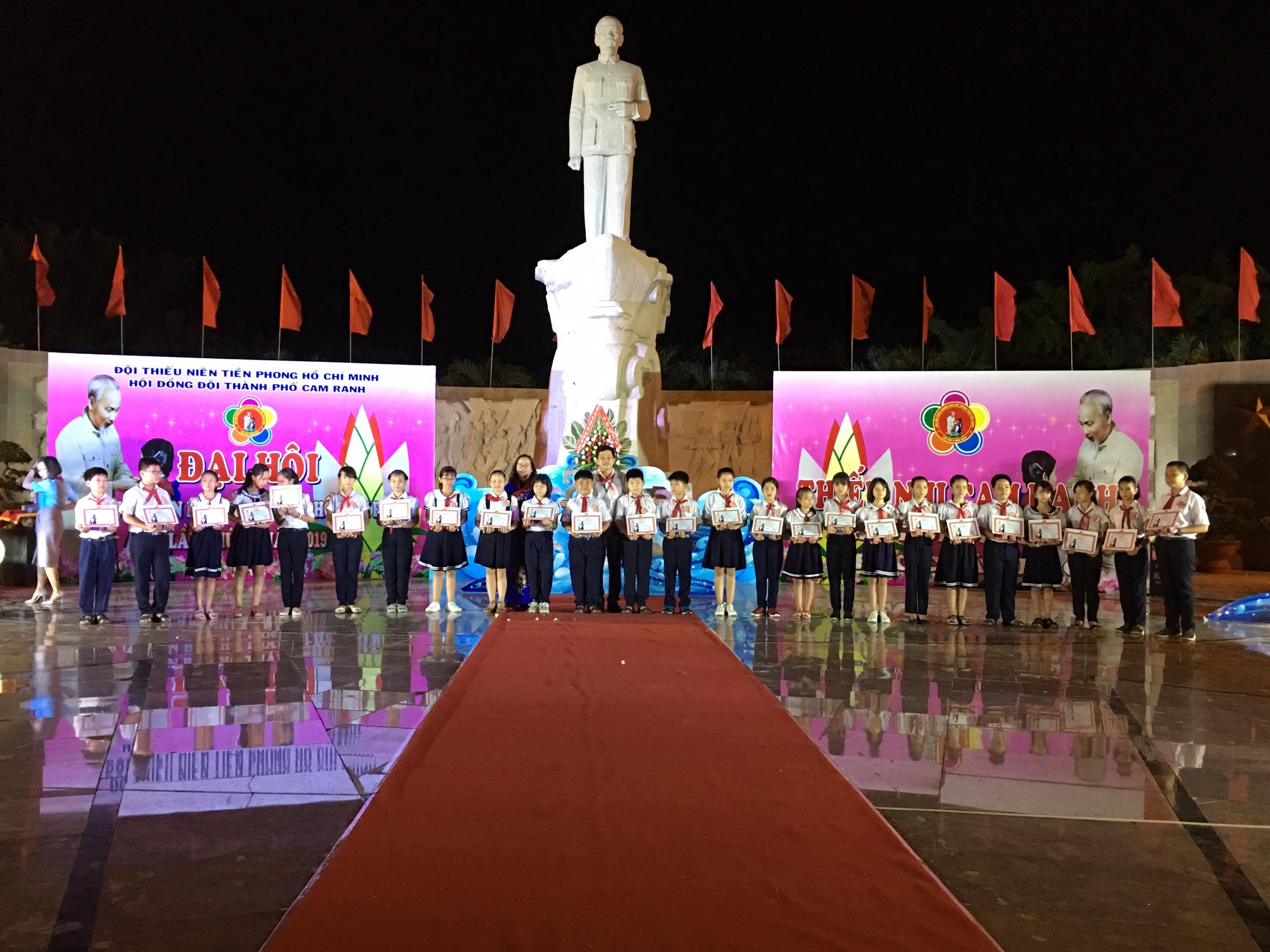 Tượng đài Chủ tịch Hồ Chí Minh ở Nha Trang: Nụ hôn của hòa bình với chiến tranh trên biển Cam Ranh