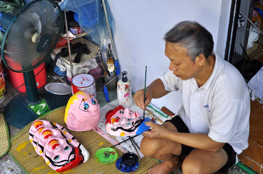Nghề làm mặt nạ giấy bồi ở Hà Nội